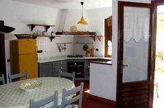 l'angolo cottura è separato bello ed è dotato di fornello a gas, frigorifero, lavello ed armadi