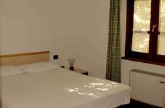 Camera da letto con letto matrimoniale...