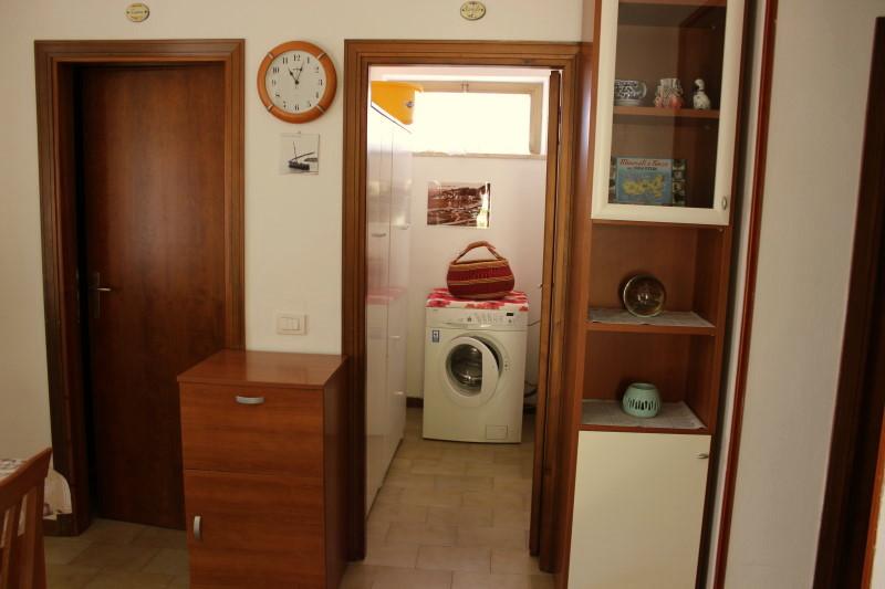 porta di sinistra alla cucina e quel a destra stanza col lavatrice